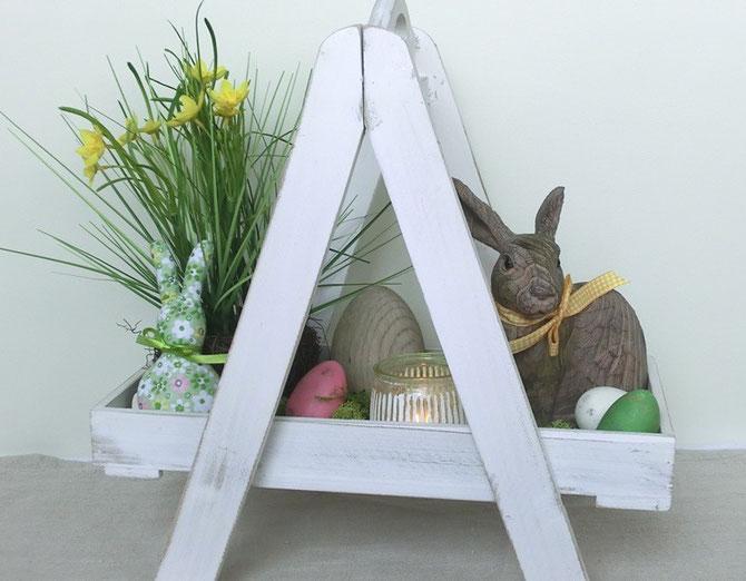 Holzetagere mit Hasen und Eiern
