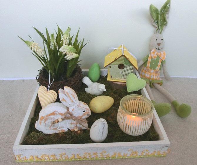 Holztablett dekoriert mit Hasen und Eiern, Vogelhäuschen und Stoffherzen