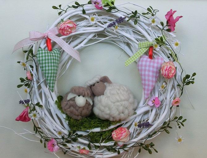 Weidekranz mit Wollschäfchen und Seiden-Blumengirlande