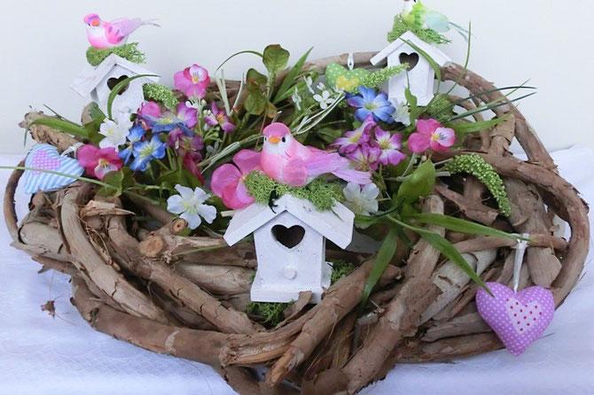 Holzkranz mit Seidenblumen, Vogelhäuschen und Vögelchen
