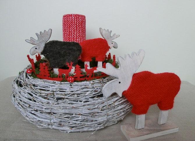 Weidekranzschale mit Holzelchen und Kerze dekoriert