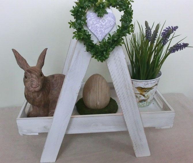 Holzetagere mit Hase und Ei in Holzoptik, Zink-Blumentopf mit Seidenhyazinthe