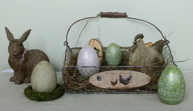 Drahtkorb mit Henne und Eiern