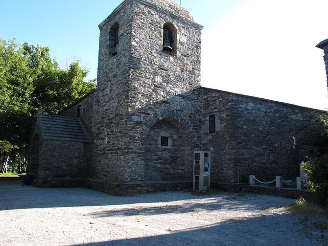Santa Maria in O`Cebreiro. Die älteste Pilgerkirche auf dem Jakobsweg. Kloster und Pilgerherberge wurde im Jahre 836 gestiftet.