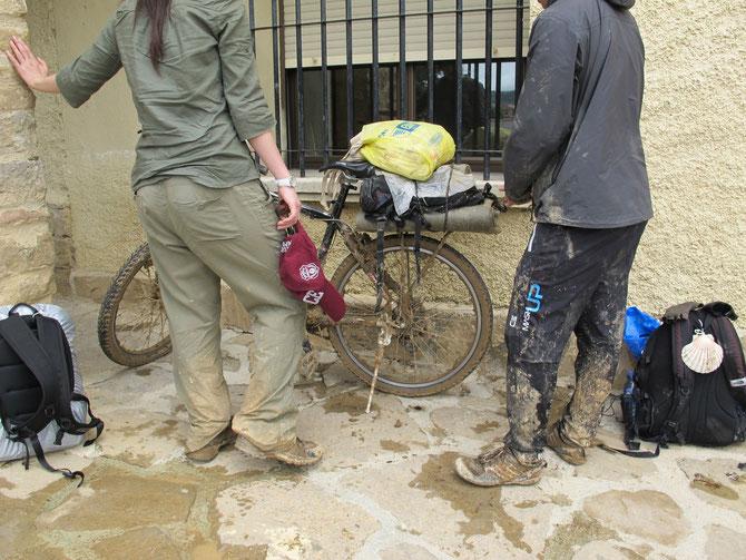 Die Pilgern nach der Regenetappe.