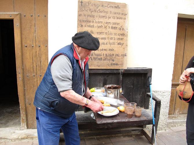 Ein freundlicher Basque verteilt an Pilgern Käsebrot, Schokolade und Wein. Er will kein Geld annehmen, wir sollen eventuell betten für ihm oder spenden in Santiago.