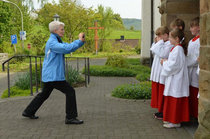 Frau G. beim Fotografieren der neuen Messdiener. © Bild: Björn Merker