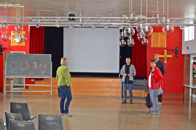 Leiterteam beim erkunden des Selbstversorgerhauses © Bild: Björn Merker