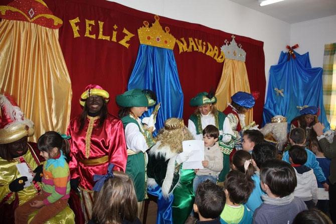 En la subpágina del AMPA de nuestro colegio os hemos dejado una selección de imágenes de la visita de sus majestades, los Reyes Magos de Oriente a nuestro cole. Puedes acceder pulsando sobre esta imagen.