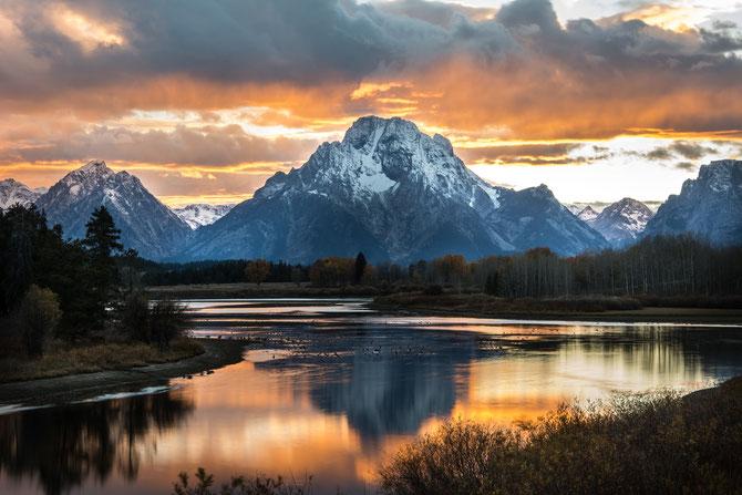 Du fait de son altitude, la montagne est associée à une position élevée et honorable, à l'autorité divine, à l'adoration, à la présence de Dieu et à la pureté de son culte. La montagne représente aussi les puissances politiques et l'orgueil des puissants.