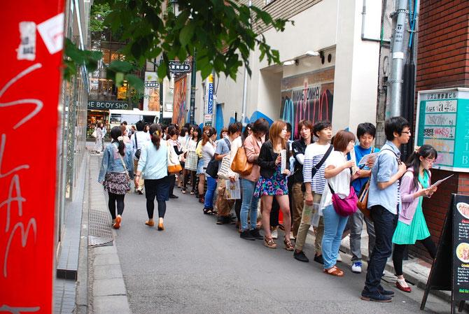 こちらは湘南にもあるあのパンケーキ屋さん、、、。二時間以上。狂気です。