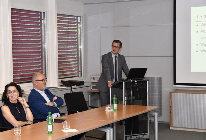 Präsident Daniel Bargetzte führt durch die GV assistiert von Marcello Scarnato und Beatrice Ortler-Hilti.
