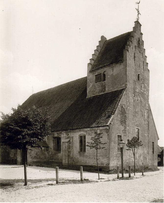 Alte Kirche mit Vorplatz um 1900.