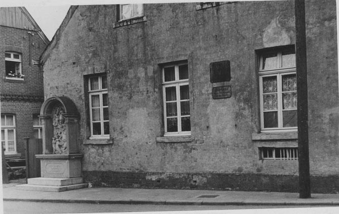 Der Bildstock stand von 1906 bis 1936 an der alten Schule die im Jahr 1936 abgerissen wurde.