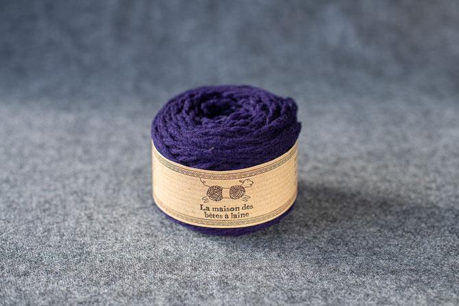 Pure laine des Alpes françaises      Pelote coloris violet foncé 50grs. 96m aig 5-6