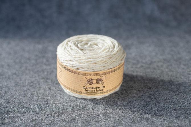 Pure laine des Alpes françaises           Pelote coloris blanc mouton 50grs 130m aig 3-4