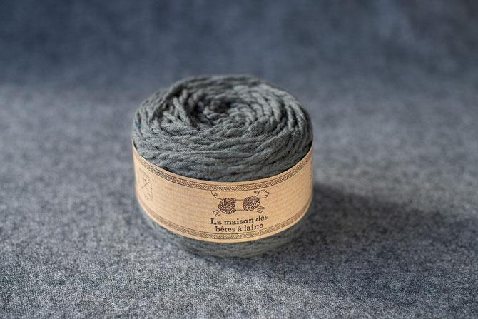 Pure laine des Alpes françaises      Pelote coloris gris ardoise 50grs. 96m aig 5-6