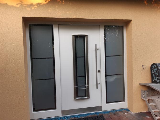 Design Haustür mit Edelstahl-Elementen und satiniertem Glas