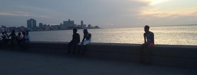 En el malecón de La Habana se reúnen todas las tardes cubanos y turistas a apreciar la puesta del sol.