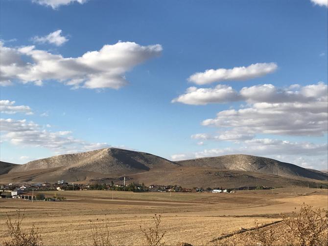 Leicht gewelltes Land vor Aksaray, abgeerntete Getreidefelder