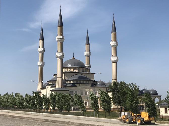 Die Achmat-Kadyrow-Moschee nahe Grosny