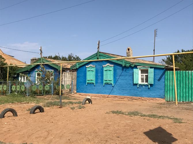 Einfache Dorfhäuser im Wolgadelta