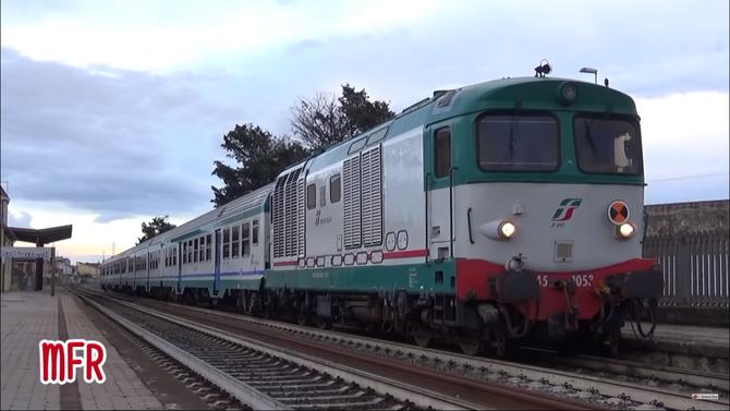 """""""FS D445 1053 di SECONDA SERIE effettua il REG 26882 CAGLIARI - ORISTANO alla stazione di ASSEMINI."""": guarda il video!"""