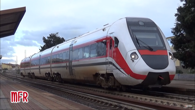 """E186 909 CROSSRAIL con DOMO II - CASTELGUELFO ed E656 586 con LECCO - RAVENNA in transito a CODOGNO."": guarda il video!"