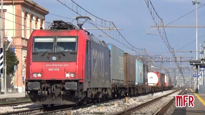 """""""E484 018 di SBB CARGO transita a GRICIGNANO - TEVEROLA (CE) con il TCS VILLA S.G.BOLANO - MILANO SM."""": guarda il video!"""