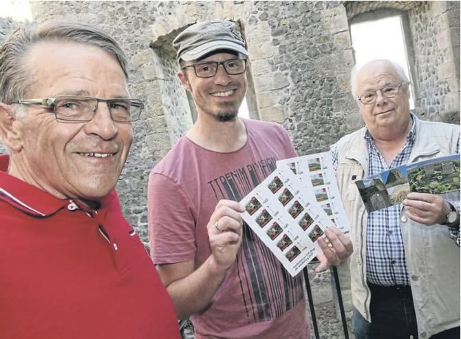 Vereinsvorsitzender Heinrich Bachmann, Beisitzer Alexander Schulze-van der Veek und Schatzmeister Heinrich Deuermeier präsentieren die Sonderserie mit den passenden Ansichtskarten.