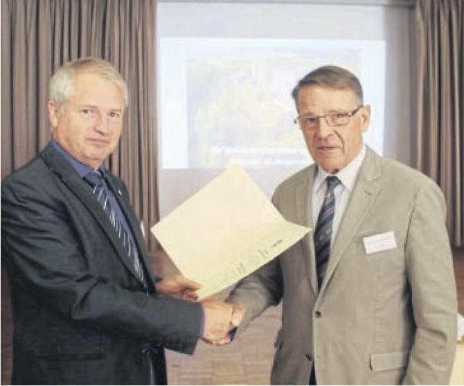 Stadtverordnetenvorsteher Burkhard Finke (links) überreichte Heinrich Bachmann den Ehrenpreis der Stadt Wolfhagen.