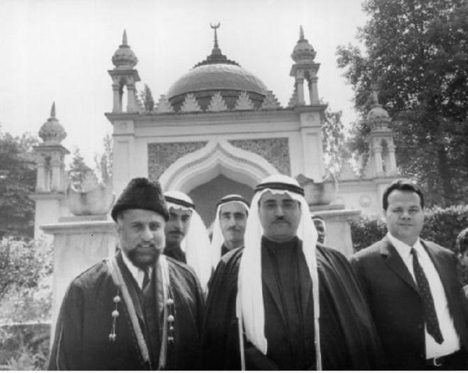 """U.K.  SHEIKH KHALID AL QASIMI EN VISITE à """"THE SHAH JEHAN MOSQUE"""", DANS LE SURREY."""