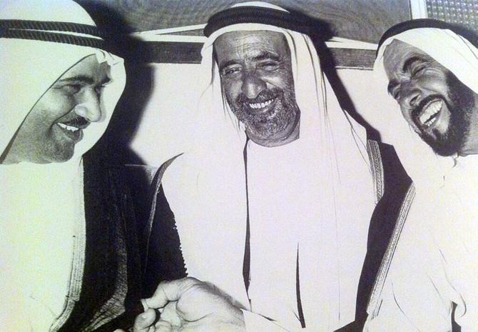 g. à dte. LES EMIRS KHALID AL QASIMI de SHARJAH, RACHID II AL MAKTOUM de DUBAI, ZAYED AL NAHYAN d'ABU DHABI. LEUR SOLIDE AMITIE et COMPLICITE FONT PLAISIR à VOIR.