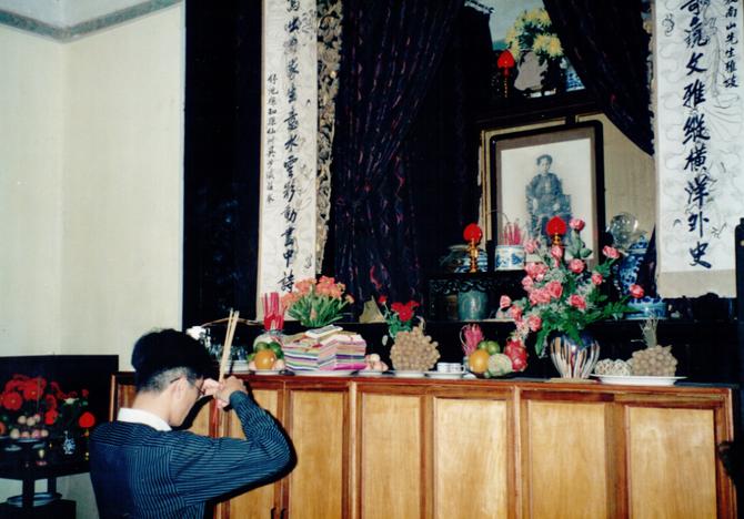 1997. KIM-KHÔI : CEREMONIE DEVANT L'AUTEL DES ANCÊTRES. C* NGÔ KIM-KHÔI.