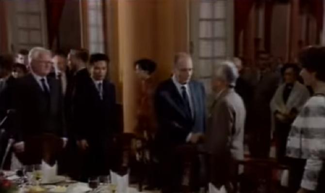 HANOI 9 Février 1993. La poignée de mains du PRESIDENT MITTERRAND et du GENERAL GIAP.