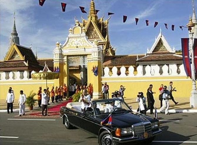 Samedi 30 Octobre 2004. Sa Majesté va à la rencontre de la population qui L'acclame.