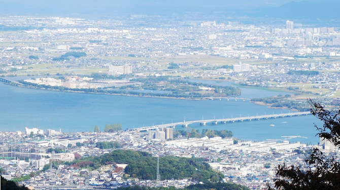 KYOTO VUE AERIENNE. LE TOGETSU-KYÔ QUI ENJAMBE LA RIVIERE HOZU descendant de la montagne et devenant la KATSUGARAWA.