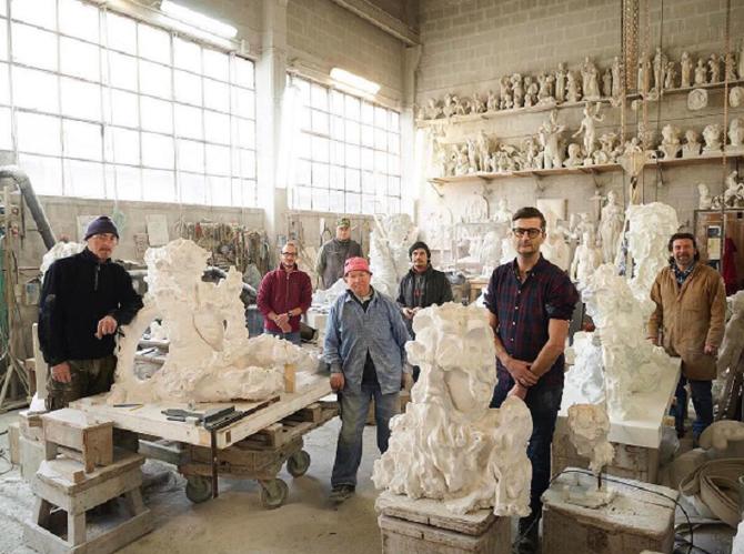 STUDIO de PIETRASANTA; L'Equipe des Tailleurs de marbre. A droite Kevin Francis GRAY et Marco GIANNONI . C * Photo. James MOLLISON ; Wall Street Journal Magazine (WSJM)