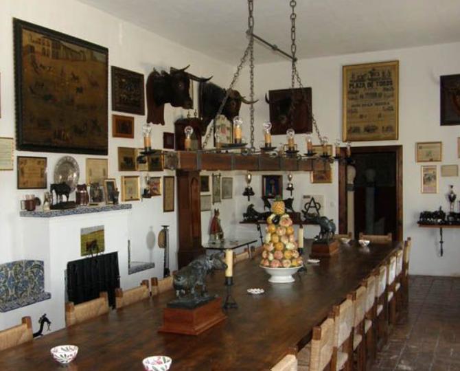 LA GRANDE TABLE DE LA SALLE à MANGER, CONVIVIALE, CHALEUREUSE.