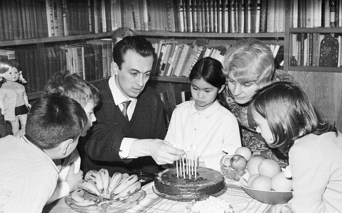 FEV. 1969. BLAGA DIMITROVA et SON EPOUX YORDAN YASSILEV CRITIQUE LITTERAIRE,  AVEC LEURS ENFANTS DONT HANI, ADOPTEE EN 1967