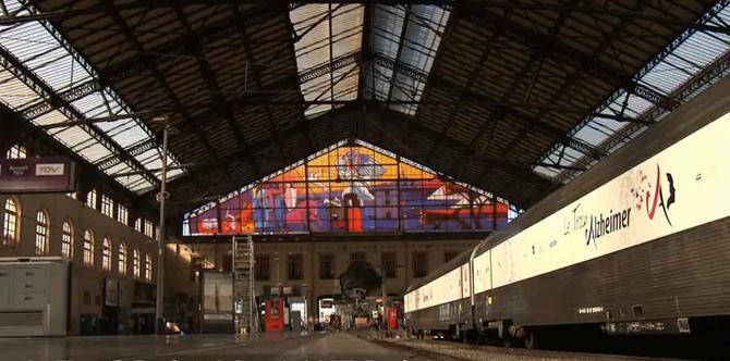 """GARE ST CHARLES. GRAND VITRAIL.UNE AMPHORE (LA NAISSANCE DE MARSEILLE),  LA MARSEILLAISE DE RUDE,  NOTRE-DAME DE LA GARDE, L'ABBAYE DE SAINT VICTOR, DES BATEAUX SUR 375M2. DESSIN DE G. BRIATA. UNE ILLUSION OPTIQUE. LE PT PEPY DE LA SNCF A DIT """"NIET""""."""