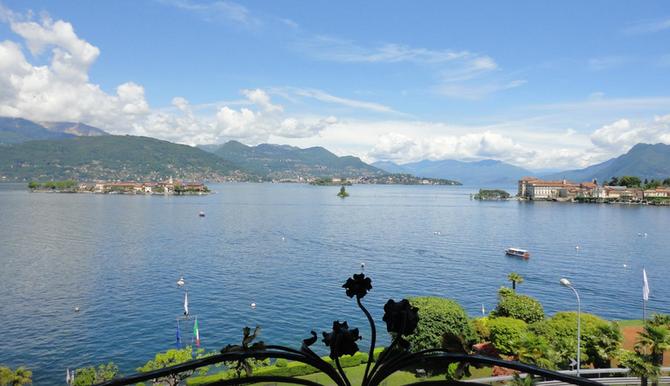 à g. L' Isola dei Pescatori, à dte. L'Isola Bella et le palais, Au milieu le rocher de Malghera. Vues de mon balcon