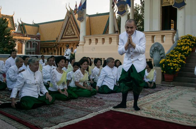 Jeudi 28 Oct. 2004. Cérémonie boudhiste à l'extérieur la Salle du Trône, face à la Pagode Preah Vihear Suor,