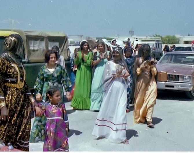 AVRIL 1979. 4 JOURS DURANT FEMMES et ENFANTS EN HABIT DE FÊTE, ARRIVENT DE TOUT L'EMIRAT