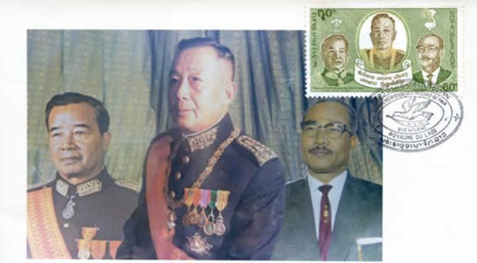 """TIMBRE DU 3 AVRIL 1974 : CREATION D'UN GOUVERNEMENT D'UNION NATIONALE APRES LE RETOUR DU """"PRINCE ROUGE"""" ............. De gauche à droite  :  LE PRINCE SOUVANNA PHOUMA, SA MAJESTE LE ROI SRI SAVANG VATTHANA, LE PRINCE SOUPHANOUVONG.."""