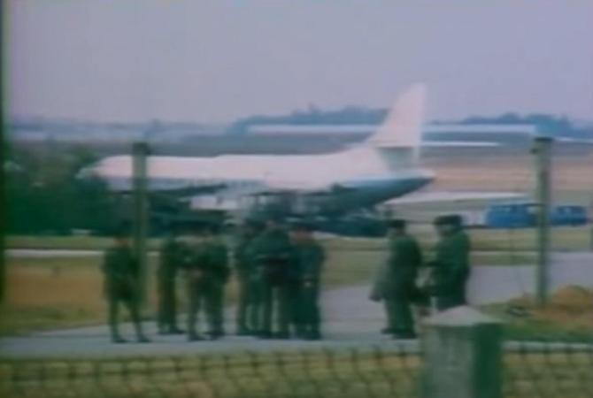 """22 SEPT. 1979. LA CARAVELLE de Jean-Bedel BOKASSA, """"OFFICIER FRANçAIS"""", EN QUARANTAINE. AVEC SES 26 PASSAGERS SUR LA BASE  D'EVREUX EN ATTENDANT  UNE TERRE D'ACCUEIL."""