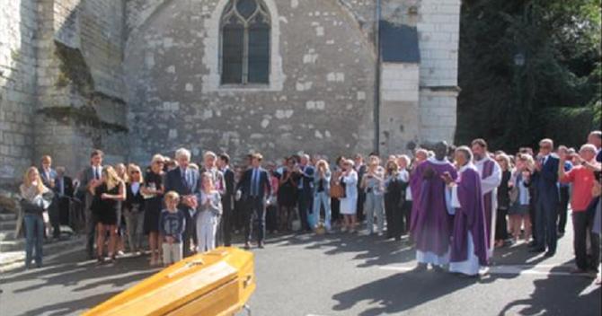 AMBOISE. Lundi 14 Août 2017   16h.  Le cercueil de Gonzague sort de la Collégiale sous les applaudissements. La messe a été transmise par haut-parleus pour les amis restés à l'extérieur faute de places dans la Collégiale.