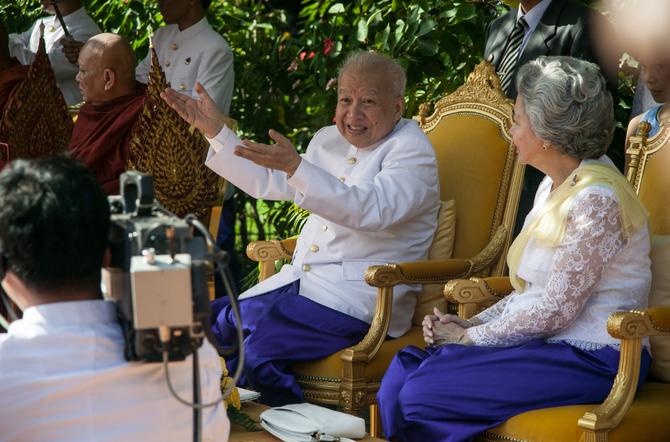 La Reine MONINEATH et le Roi-Père NORODOM SIHANOUK, satisfait d'avoir forcé le destin. Dans 2 jours, Dimanche 31 Octobre 2004, le ROI fêtera en famille ses 82 ans.