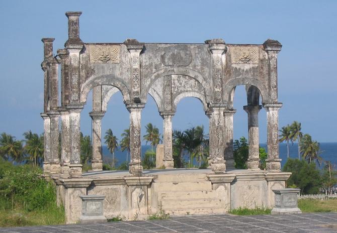 UJUNG WATER PALAIS. Construit vers 1920 pour le dernier souverain de KARANGASEM, le Palais est ravagé par l'éruption du Mont AGUNG en 1963. Il a été entretièrement reconstruit. Voir  photos suivantes.