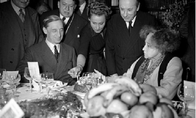 28 JANVIER 1953. COLETTE FÊTE SES 80 ANS; g. à dte. G. BAUER, F. CARCO, Colette de JOUVENEL, R. DORGELES.PT. DU GONCOURT de1954 à  1973.. COLETTE meurt le 3 Août 1954 et repose au Père Lachaise  où  sa fille Colette de JOUVENEL (1913) la rejoint en 1981.
